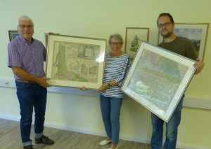 Helmut Subroweit übergibt historische Karten an Margot Bergmann und Mark Leitenberger